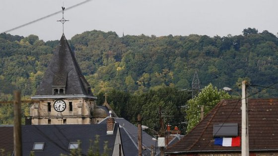 A freira assistida à missa na igreja Saint-Etienne-du-Rouvray