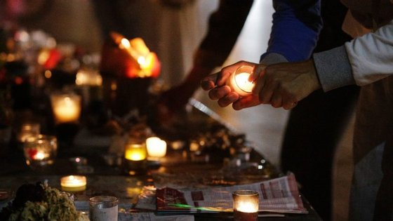 Muitos franceses acenderam esta terça-feira à noite velas na Praça da República, em Paris, em homenagem ao padre que foi morto às mãos de radicais islâmicos