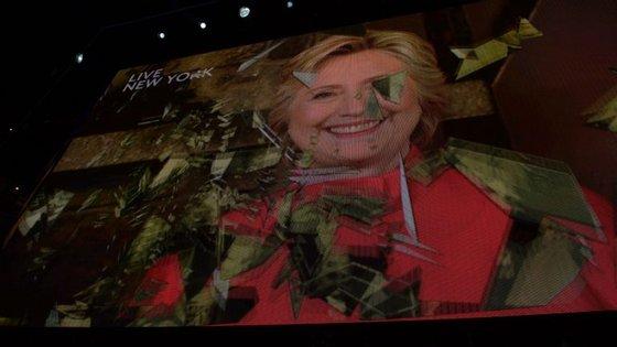 No final, Hillary Clinton apareceu num vídeo em que aparecia quebrar uma barreira: uma metáfora para o facto de ser a primeira mulher a ser nomeada por um dos dois maiores partidos dos EUA