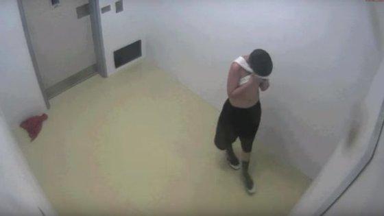 Os vídeos mostram um jovem a ser maltratado pelos guardas de um centro de correção para menores