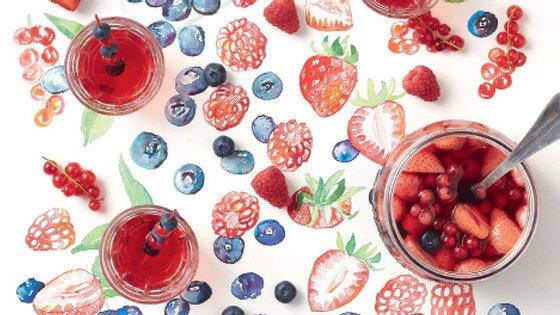 O cocktail de rum e frutos vermelhos inclui morangos, framboesas, groselhas e mirtilos.