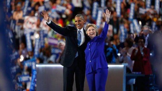 Barack Obama terminou o seu discurso abraçado a Hillary Clinton