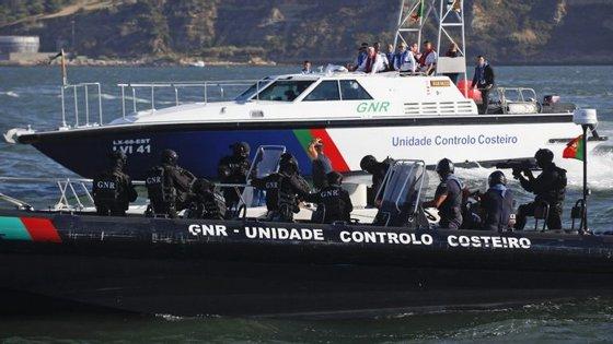 A Unidade de Controlo da GNR intercetou uma embarcação, onde se encontravam mais dois ou três ocupantes que conseguiram fugir