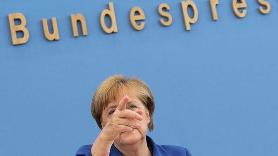 Angela Merkel interrompeu as suas férias de verão para falar à imprensa em Berlim