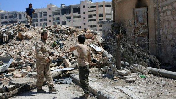 Coligação fala em 55 vítimas civis, mas Observatório Sírio dos Direitos Humanos aponta para 600