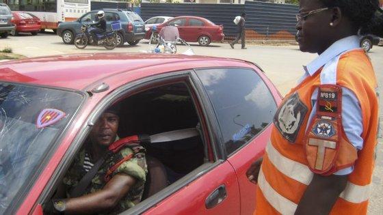 """""""A viatura entrou em despiste e colheu transeuntes. Morreram ocupantes e pessoas que estavam a caminhar a pé"""", indicou a Proteção Civil angolana"""