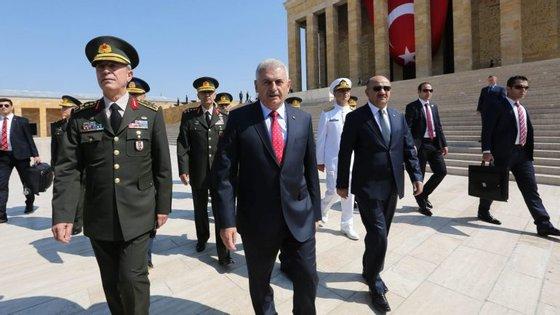Os militares turcos estão envolvidos no combate ao EI mas também contra a rebelião curda do Partido dos Trabalhadores do Curdistão