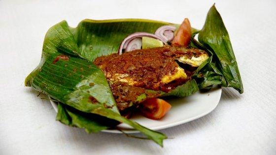 Uma das especialidades da casa, Meean Pollichath: peixe grelhado e marinado, servido dentro de uma folha de banana.