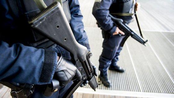 Ao todo, foram revistadas oito casas nas cidades de Mons e Liège