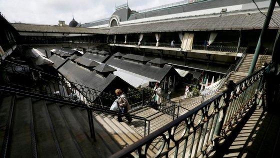 As origens do mercado remontam a 1839. Atualmente trabalham lá 129 comerciantes