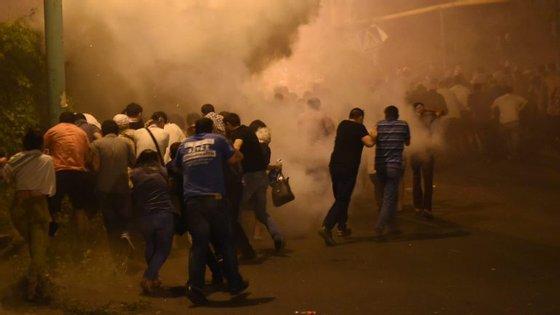 Um grupo armado apoiante da oposição está barricado num edifício da polícia com reféns há quase duas semanas