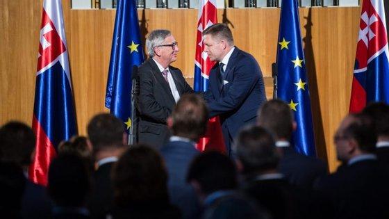 O primeiro-ministro da Eslováquia, Robert Fico, à direita