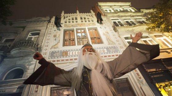 Às 22h00, Dumbledore saiu da Lello e deu início à animação. Só que nem todos conseguiram chegar perto e ver, tal era a multidão