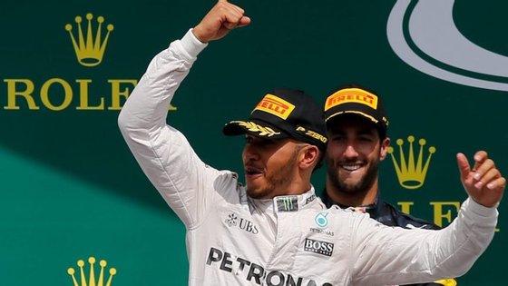 Hamilton, que somou a 49.ª vitória da sua carreira, quarta consecutiva e sexta em 2016, passou a somar 217 pontos