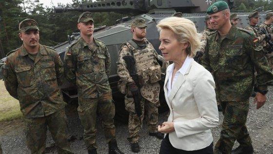 """A ministra alemã da Defesa quer que o exército esteja pronto a atuar """"de imediato"""""""