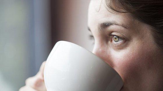 Olheiras de cansaço acumulam-se especialmente debaixo dos olhos enquanto olheiras genéticas tendem a acumular-se ao redor de todo o olho.
