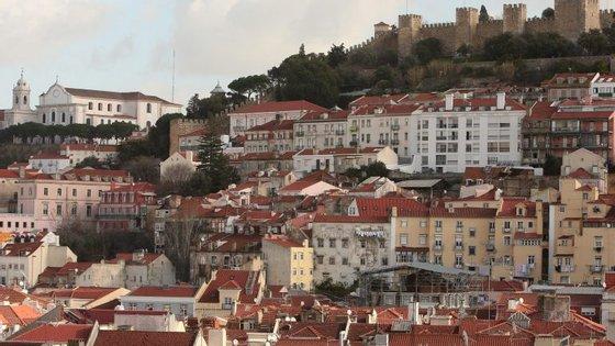 Especialmente em Lisboa e no Porto, a prática tem vindo a ser cada vez mais comum: grandes investidores compram prédios inteiros para os arrendar a turistas