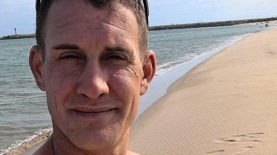 James Watson, 35 anos, passou a última semana a publicar fotografias suas em praias portuguesas
