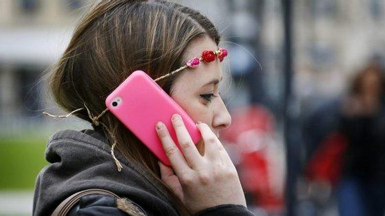 Quando falamos ao telefone e o colamos ao rosto, temos uma enchente de bactérias a passar para a nossa pele.