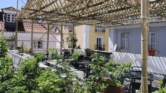 Passar o mês de agosto na cidade não é assim tão má ideia. Valham-nos os terraços como este da Galeria Zé dos Bois, em Lisboa, onde passam documentários.