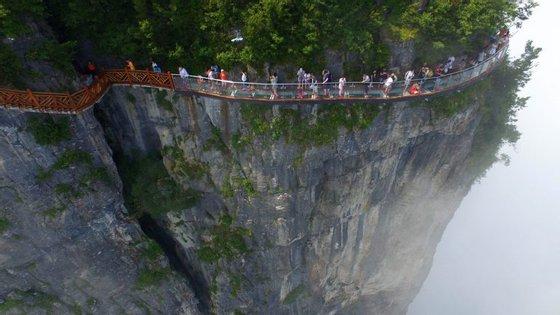 A passagem de vidro é a terceira instalação do género nas montanhas de Tianmen