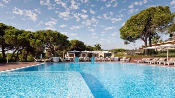 """Nas festas """"Sunset Pool Party"""" do EPIC Sana Algarve, em Albufeira, há DJ ao vivo das cinco da tarde até à uma da manhã."""