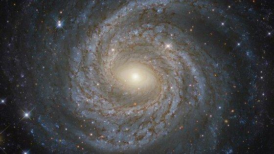 """A galáxia NGC 6814, um exemplo de uma das muitas galáxias que pode esta 5ª força -- a existir -- pode ajudar a manter """"unida"""""""