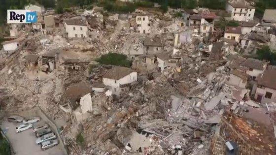 As imagens do drone mostram uma cidade que parece ter desaparecido completamente