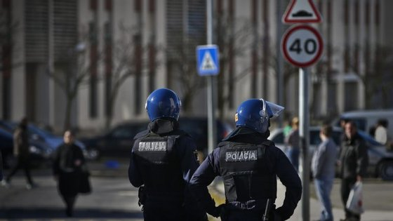 A operação policial no Bairro do Ingote fez cerca de 50 buscas domiciliárias e efetuou detenções de armas e droga