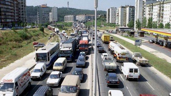 A segunda fase, avaliada em 9,5 milhões e com um prazo de oito meses, prevê obras desde o nó da Buraca ao Aeroporto (dez quilómetros)