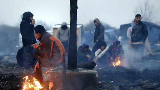 Algumas organizações humanitárias informam que existem cerca de 10.000 migrantes no campo em Calais