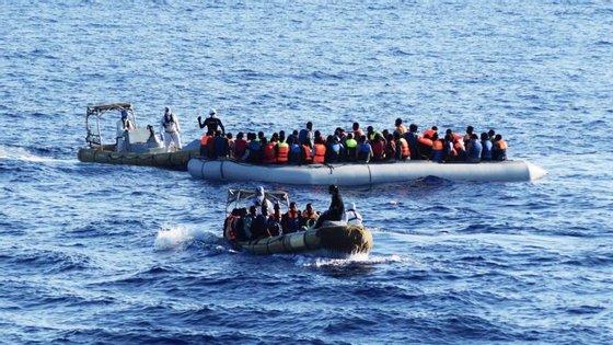 O barco naufragou no rio Shandhya, em Barisal, a cerca de 500 quilómetros de Daca, com 60 pessoas a bordo