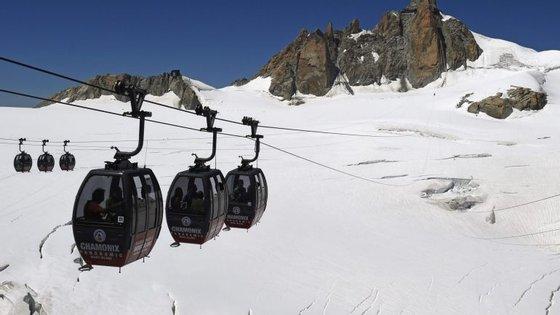 """Os teleféricos """"Panorama Monte Branco"""" atravessam os glaciares do Vale Branco"""