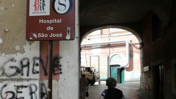 """A instituição determinou """"a transferência de alguns doentes internados para serviços próximos"""""""