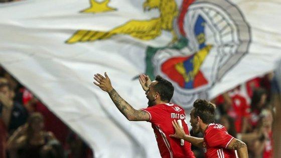 Mitroglou festeja o 1-0 na companhia de André Horta