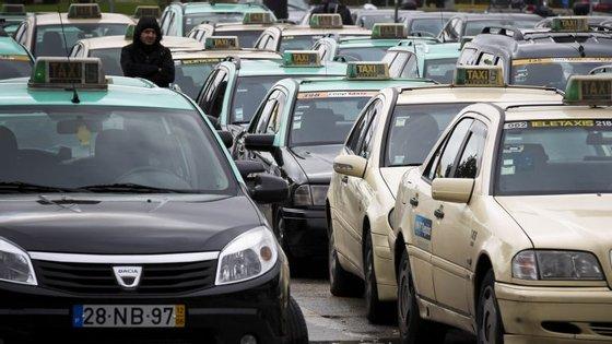 """""""Um, dois, três, quatro, cinco dias, uma semana, é o tempo que for necessário"""", dizem os taxistas"""