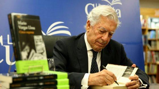 Mario Vargas Llosa nasceu em 1936, em Arequipa, no Peru e atualmente tem dupla nacionalidade, peruana e espanhola