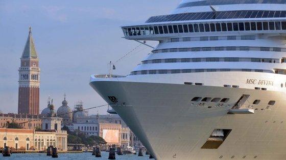 """Os venezianos estão particularmente fartos dos grandes navios de cruzeiro que """"despejam"""" milhares de turistas na cidade todos os dias. A UNESCO alerta também para os riscos ambientais da passagem destes navios nos canais"""