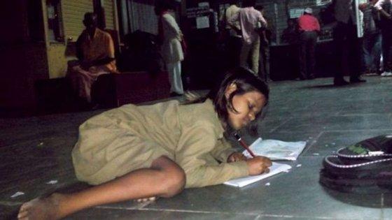 Divya, uma menina indiana, vai todos os dias à estação de comboios da cidade de Orai