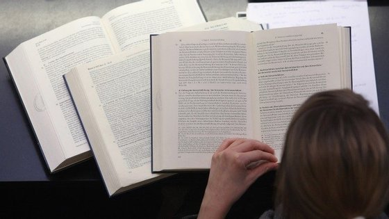Medida do Governo prevê a gratuitidade e a reutilização dos manuais escolares