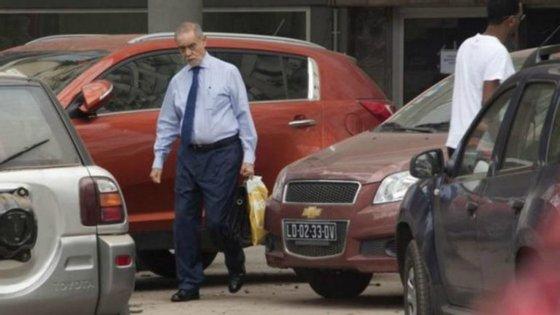 O empresário foi fotografado em Luanda pelo jornal espanhol El Mundo