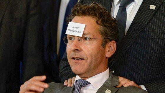 Jeroen Dijsselbloem deixou-se fotografar numa pose um pouco estranha, com o nome colado na testa...