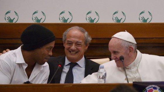 O brasileiro Ronaldinho com o Papa Francisco no Vaticano