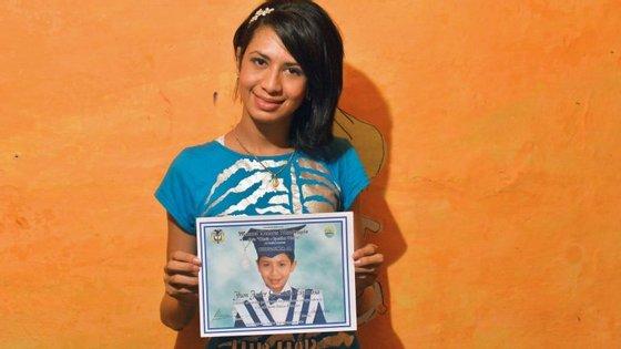 Gabriela Espionosa nasceu rapaz e posa com uma foto da sua infância. Na altura chamava-se Jhon Janer Quintero Espinosa.