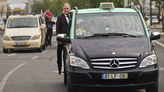 Os representantes dos táxis reuniram-se depois de na segunda-feira terem bloqueado acessos na zona do aeroporto de Lisboa, na Rotunda do Relógio, durante mais de 15 horas