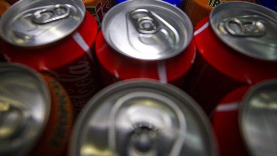 Uma lata de Coca-Cola (de 33 cl) -- que tem 106 gramas de açúcar por litro -- terá um acréscimo de cinco cêntimos por via deste novo imposto