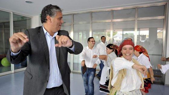 Vasco Cordeiro (PS) dança com utentes durante uma visita ao centro de atividades ocupacionais, em Vila Franca do Campo, na Ilha de São Miguel