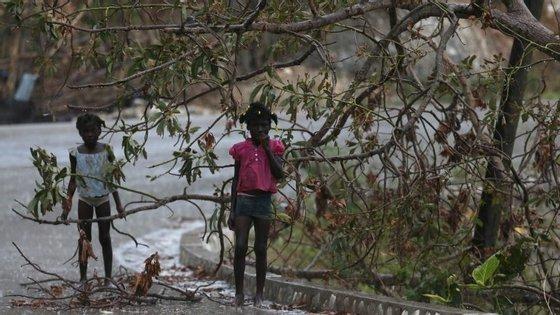 Pelo menos 473 pessoas morreram quando o furacão de categoria quatro atingiu o país