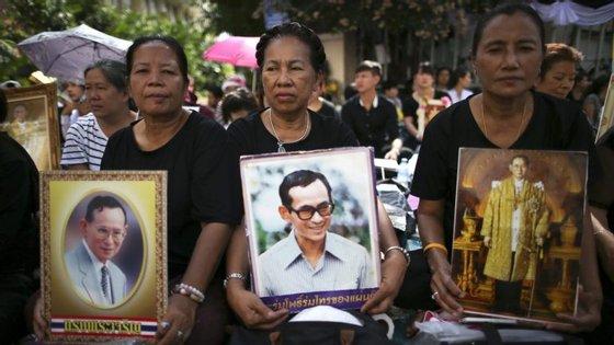 """Bhumibol Adulyadej era considerado o único """"cimento"""" de uma nação muito dividida politicamente"""