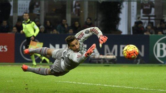 Donnarumma, guarda-redes do AC Milan, estreou-se na Serie A com 16 anos